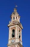 Alter Glockenturm mit blauem Himmel Stockfoto