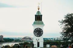 Alter Glockenturm mit umgekehrten Minuten und Stunden Zeigern auf Petrovaradin-Festung in Novi Sad-Stadt Stockfotografie