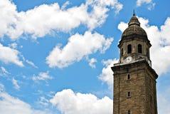 Alter Glockenturm oder Belfry auf einem blauen Himmel Stockbilder