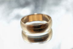 Alter goldener Ring auf einem grauen Hintergrund Lizenzfreie Stockbilder