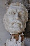 Alter Gott des unterbrochenen Statuekopfes Stockfotos