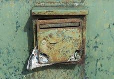 Alter grüner Briefkasten mit Post Stockbild