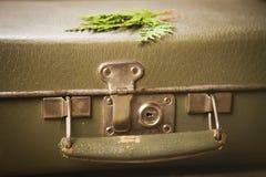 Alter grüner Koffer Stockfoto