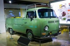 Alter grüner Weinlesehippie-Aufnahmenkleinbus stockfoto