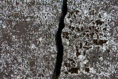 Alter Grabstein mit einem großen Sprung und Aufschriften auf seiner Oberfläche gelegen in Russe Joseph--Volotskykloster lizenzfreies stockfoto