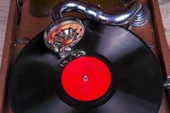 Alter Grammophonspieler, Nahaufnahme Retro- angeredetes Bild einer Sammlung alten Vinylaufzeichnungs-Langspielplatten-` s mit Ärm Stockfotos