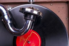 Alter Grammophonspieler, Nahaufnahme Retro- angeredetes Bild einer Sammlung alten Vinylaufzeichnungs-Langspielplatten-` s mit Ärm Stockfotografie