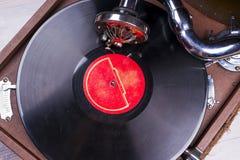Alter Grammophonspieler, Nahaufnahme Retro- angeredetes Bild einer Sammlung alten Vinylaufzeichnungs-Langspielplatten-` s mit Ärm Lizenzfreie Stockfotos