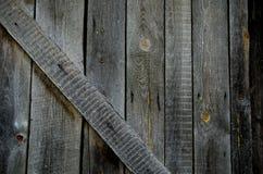 Alter grauer Holztürfragmenthintergrund Stockfoto