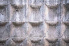 Alter grauer konkreter Zaun mit geometrischem Muster stockfoto