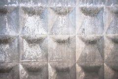 Alter grauer konkreter Zaun mit geometrischem Muster stockbilder