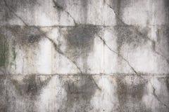 Alter grauer konkreter Zaun mit geometrischem Muster lizenzfreie stockbilder