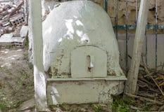 Alter griechischer Ofen im Freien in einem Garten Stockfotografie