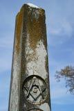 Alter Grundstein mit dem Freimaurerschnitzen lizenzfreies stockfoto