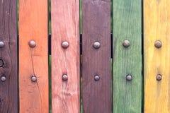 Alter grungy bunter Zaun mit Nägeln schließen oben Stockfoto