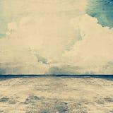Alter grungy konkreter Raum als Hintergrund mit Himmelbild auf der Wand Stockbild