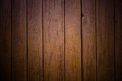 Alter grungy und verwitterter brauner Holzoberflächewandplanken-Beschaffenheitshintergrund draußen markiert durch Schäden stockfotografie
