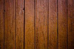 Alter grungy und verwitterter brauner Holzoberflächewandplanken-Beschaffenheitshintergrund draußen markiert durch Schäden mit Ret lizenzfreie stockfotografie