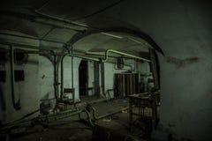 Alter gruseliger Keller des verlassenen Asyls Alter fauler Kessel, Heizungsrohre stockfotos
