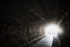 Alter gruseliger Untertagesteintunnel Halloween-Standorte lizenzfreie stockfotografie