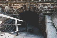 Alter gruseliger Untertagesteintunnel Halloween-Standorte stockfotografie