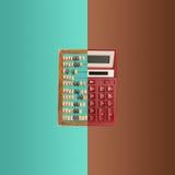 Alter hölzerner Abakus und neuer Taschenrechner auf farbigem Hintergrund Stockbild
