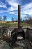 Alter hölzerner brennender Ofen im Freien in der Landschaft in New York stockfoto