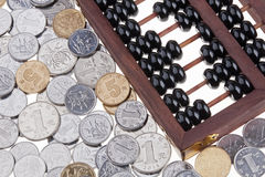 Alter hölzerner chinesischer Abakus und chinesische Münzen Stockfotos
