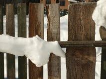 Alter hölzerner Dorfzaun bedeckt mit Schnee Verschneiter Winter in Lizenzfreies Stockbild