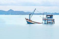 Alter hölzerner Fischerbootschiffbruch versenkt in das Meer stockbild