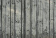 Alter hölzerner grauer Zaun für Hintergrund von den Brettern von verschiedenen Breiten stockfotografie