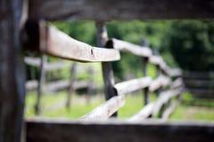 Alter hölzerner Hürdenzaun in ländlicher Stimmung bokeh Szene der Wiese Lizenzfreies Stockfoto