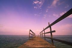 Alter hölzerner Hafen am Sonnenuntergang Stockfotos