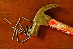 Alter hölzerner Hammer und quadratische Nägel Stockfoto