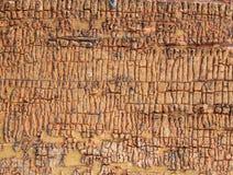 Alter hölzerner Hintergrund mit Überresten von Stücken Schrotten der alten Farbe auf Holz Beschaffenheit eines alten Baums, Brett Stockfoto