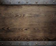 Alter hölzerner Hintergrund mit Metallrahmen Lizenzfreies Stockbild