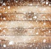 Alter hölzerner Hintergrund mit Schnee Stockfotos