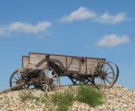 Alter hölzerner horse-drawn Bauernhoflastwagen. Stockfotografie