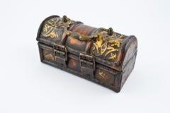 Alter hölzerner Kasten mit Dekorationen Stockbild