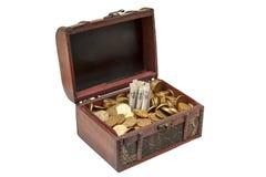 Alter hölzerner Kasten mit goldenen Münzen Stockbild