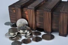 Alter hölzerner Kasten und Münzen Stockfotos