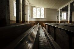 Alter hölzerner Landkircheinnenraum Stockfoto