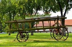Alter hölzerner Lastwagen in der Parkdekoration Lizenzfreie Stockfotografie