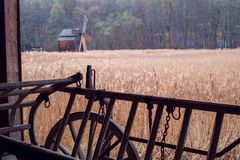 Alter hölzerner leerer Wagen am Bauernhof lizenzfreies stockfoto