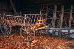 Alter hölzerner leerer Wagen am Bauernhof im Herbst lizenzfreies stockfoto