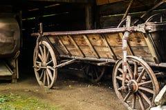 Alter hölzerner leerer Wagen am Bauernhof lizenzfreie stockbilder
