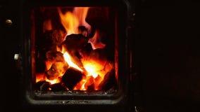 Alter hölzerner Ofen, der Feuer auf Holz und Kohle legt stock footage