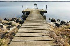 Alter hölzerner Pier auf dem See Lizenzfreies Stockfoto