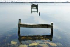 Alter hölzerner Pier auf dem See Stockfoto
