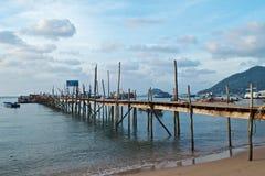 Alter hölzerner Pier und Boote im Meer stockbilder